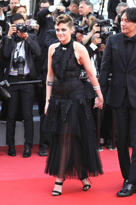 Kristen Stewart en une robe noire de soirée halter