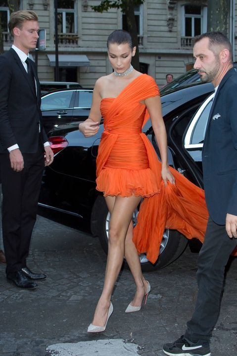 robe orange style bascule asymétrique Bella Hadid