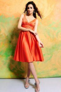 robe orange courte col en V pour soirée de mariage