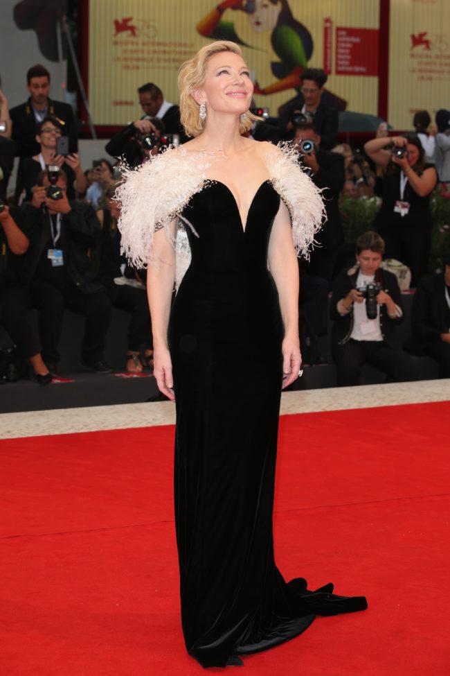Cate Blanchett en robe de soirée noire fourreau à plumes au festival du film de Venise