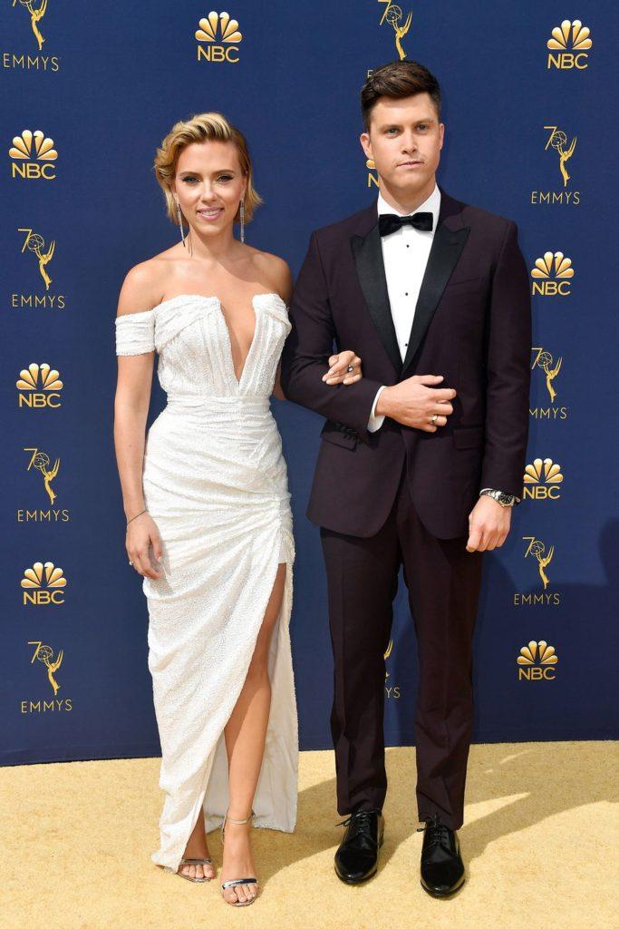 Scarlett Johansson arrives at the 70th Primetime Emmy Awards en une robe de soirée blanche épaule dénudé avec fente