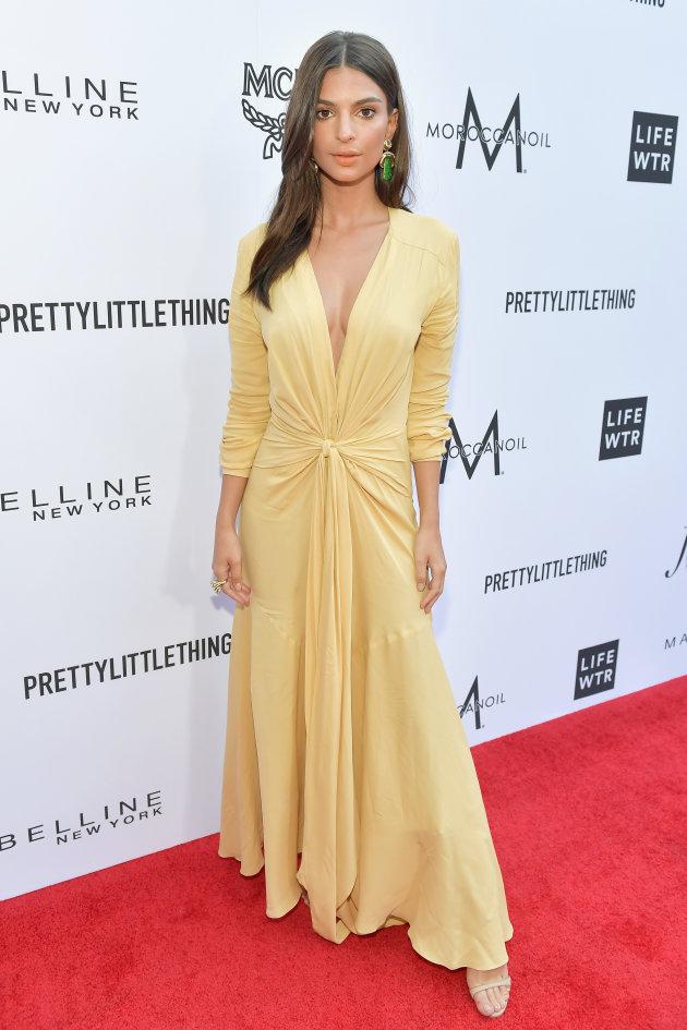 Emily Ratajkowski en robe jaune pale longue à manche col en V