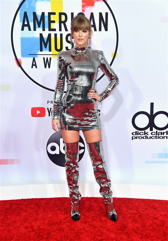 Tayor Swift robe cocktal fourreau sexy et bottes longues argenté aux American Music Awards 2018
