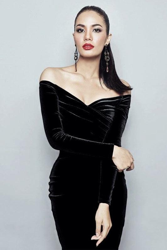 petite robe noire manche longue en velours épaule dénudé