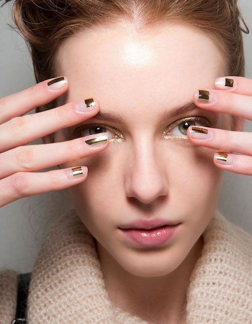 Maquillage doré ongles et yeux