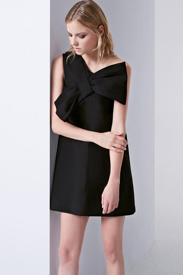 petite robe noire asymétrique avec grand noeud