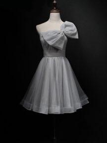 robe de soirée grise courte asymétrique avec noeud