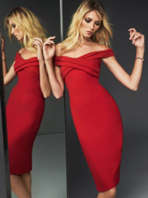 robe de cocktail rouge fourreau épaule dénudé