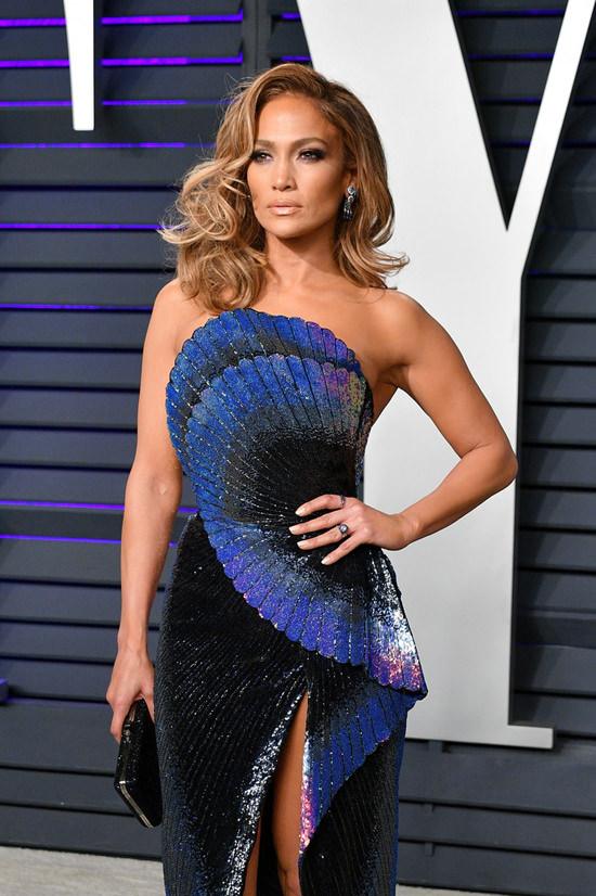 Jennifer Lopez en une robe de soirée paon plissé