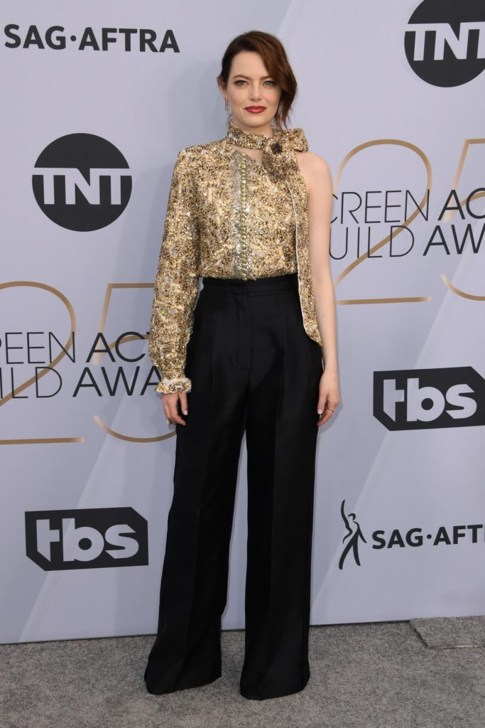 ensemble chemisier et pantalon tailleur Louis Vuitton Emma stone aux SAG Awards 2019