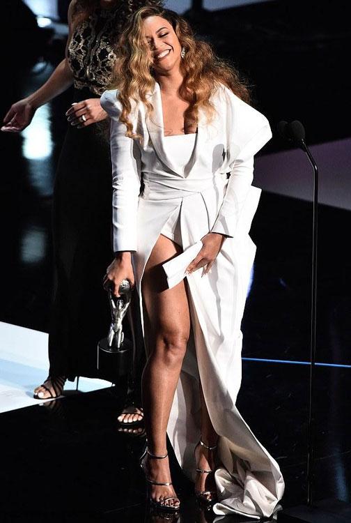 Beyoncé en une robe costume blanche fendue
