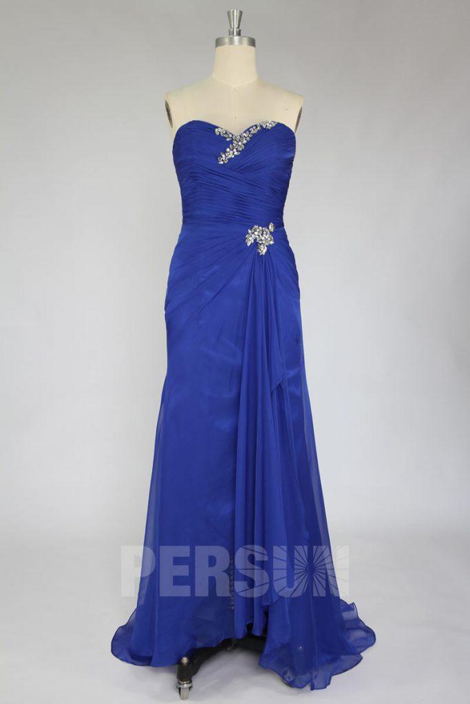robe de soirée bleue bustier coeur ornée de strass avec une ceinture embelli de bijoux