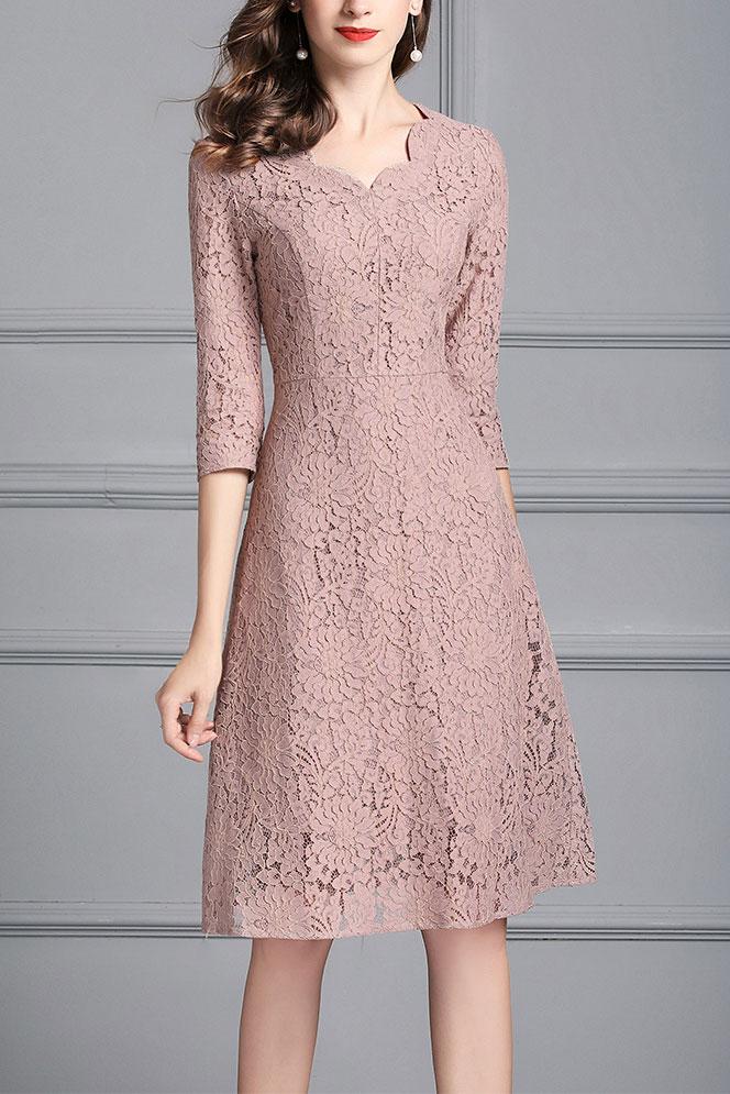 robe de cocktail courte en dentelle rose vieux à manche mi-longue