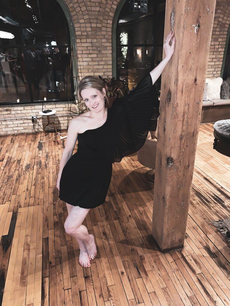 petite robe noire asymétrique plissé à volant