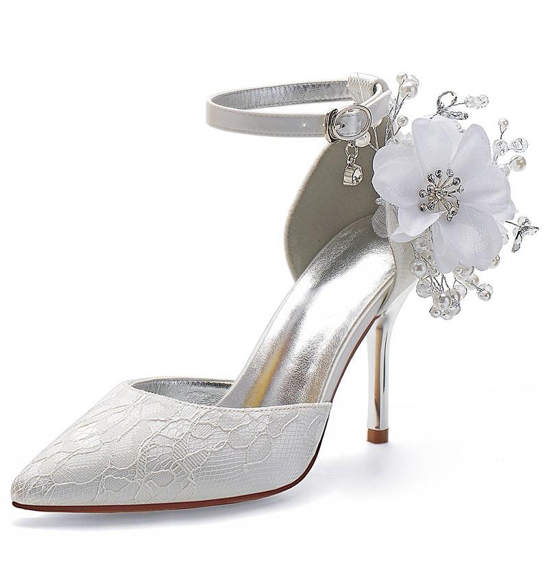 chaussures blanches de mariage en dentelle talon haut embelli de fleurs